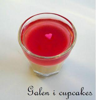 Galen i cupcakes: Recept - Vit choklad pannacotta med smultrongelé, lyxig efterrätt. Hvit sjokolade pannacotta med markjordbaer gelé, oppskrift.