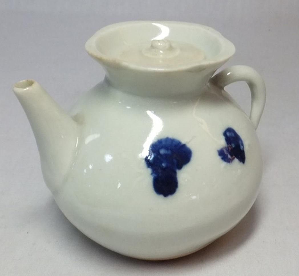 Latest Interiors Porcelain Skin: Japanese Antique Hirado Ź�戸 Porcelain Teapot Suiteki For