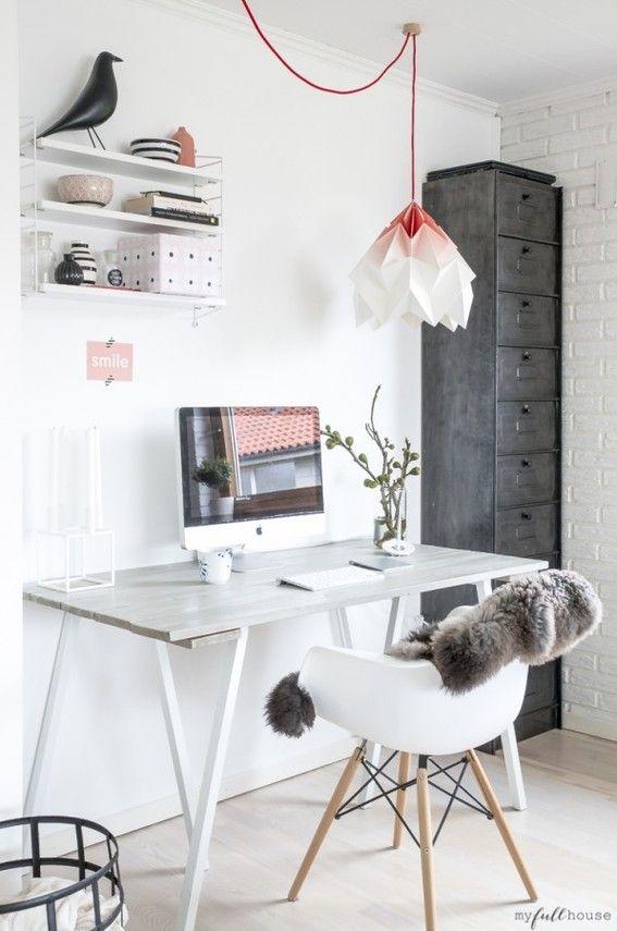 L'armoire style industriel qui se glisse en coin contraste avec la douceur de ce bureau.