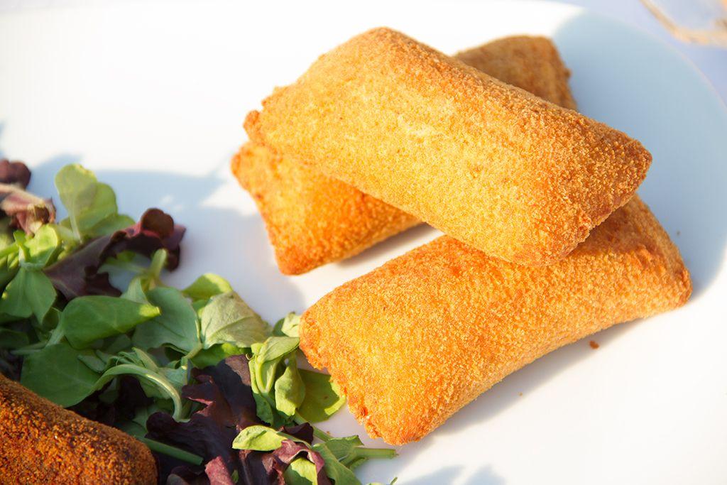 Experimente os nossos travesseiros de queijo e fiambre crocantes, com um cremoso recheio!