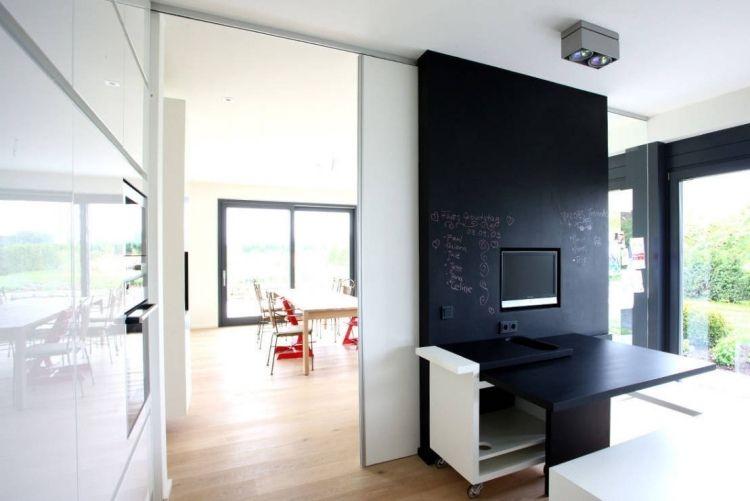 Schiebetür aus klarem Glas, weißem Furnier und Trennwand in - moderne offene wohnzimmer