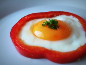 Paistettu kananmuna paprikarenkaassa