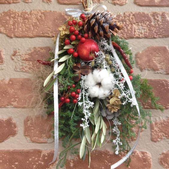 DIY初心者さんにおすすめなドア飾り「スワッグ」。スワッグとは、伝統的なクリスマス飾りのひとつです。ここ数年、日本でも人気になっていますよね。ドイツ語で「壁飾り」という意味を持つスワッグは、材料を束ねて吊るすだけというとってもシンプルで簡単なドア飾りです。 (4ページ目)