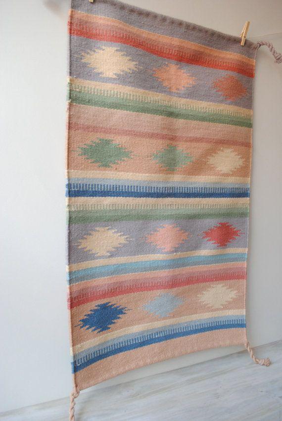 Beschreibung: Vintage flache weben Wurfwolldecke aus Mexiko in Pastellfarben Rosa, grün, blau, lila und Creme. Perfekte Größe für vor einer Kommode, einem Flur oder Eintrag. Kann auch an der Wand aufgehängt oder auf einem Tisch als Tischläufer. Jede Ecke hat eine Quaste. Maße: Teppich misst 42 Länge x 25,5 breit, die nur etwa 3,5 x 2 ist. Zustand: Teppich ist in einem super Vintage Zustand ohne Löcher oder Flecken. -------------v-v-v-v------------- Vintage Shop: http://www.littledogvint...