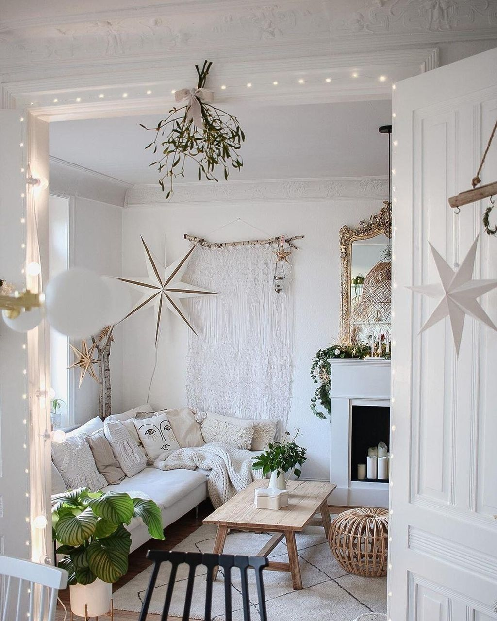 Weihnachtsdeko für's Wohnzimmer mit Mistelzweig, Lichterketten & Co.