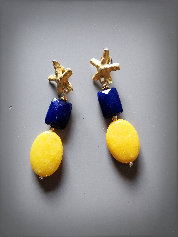 orecchini gialli e blu
