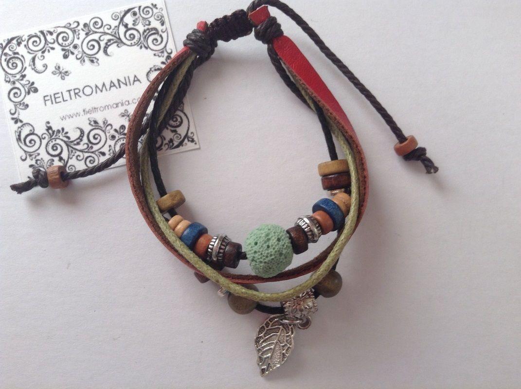 Pulsera de cuero y cordón con nudo corredizo, abalorios de colores y charm plateado hoja.