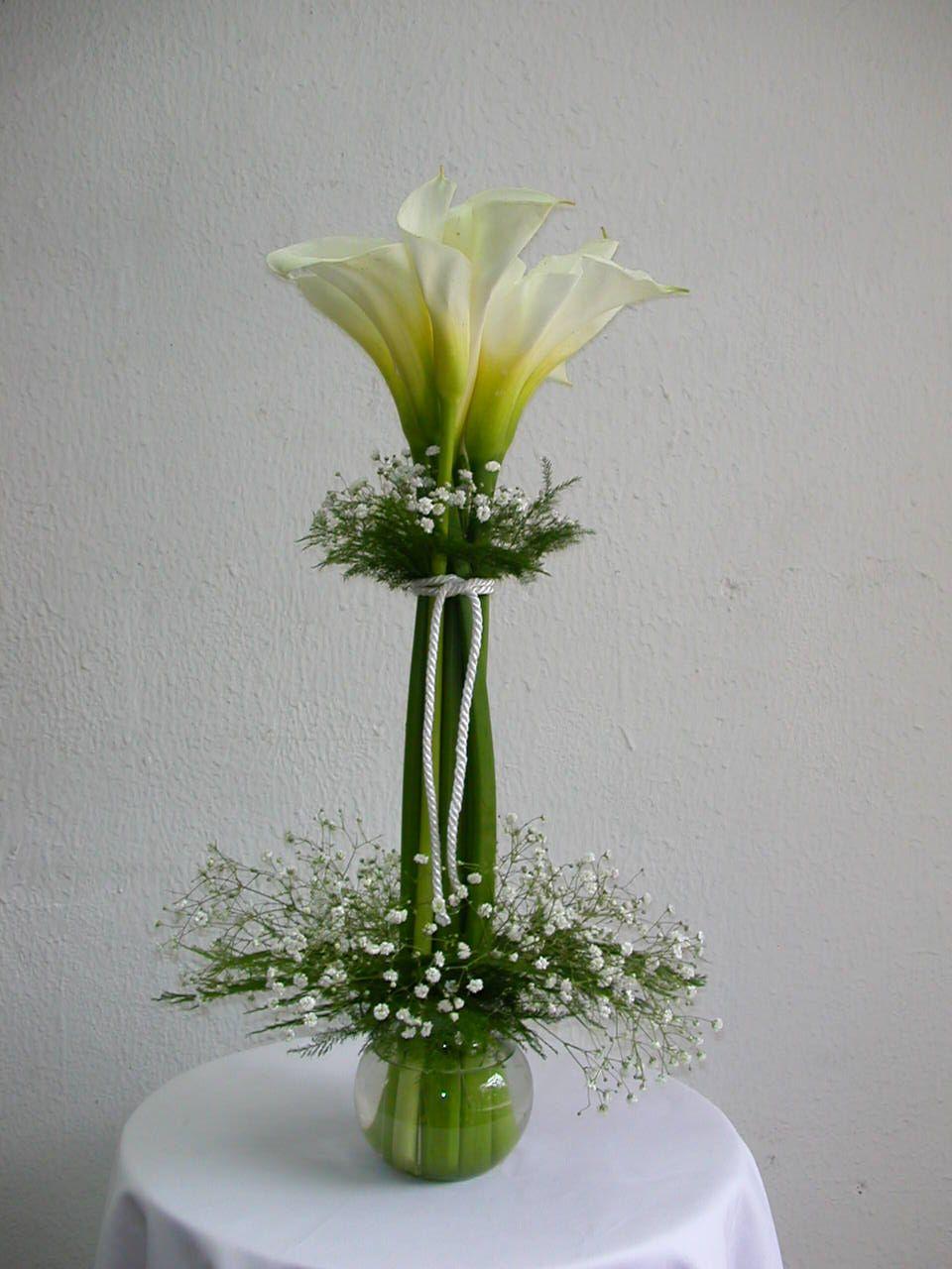 Resultado de imagen para arreglos florales con calas - Centros de mesa para bodas precios ...