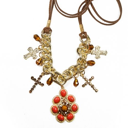 Colar feminino em camurça com cristais, correntes douradas, mini-cruzes em metal (dourado) e strass. Peça central em pastilhas na cor laranja, ocre e detalhes em strass. R$170.