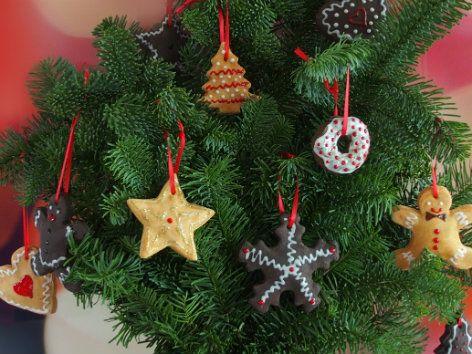 Weihnachtsbaumanhänger Basteln weihnachtsbaum anhänger aus salzteig bemalt mit window color farbe