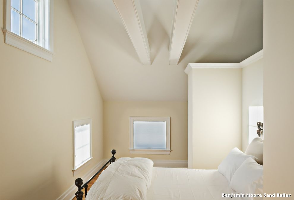 Benjamin Moore Sand Dollar Landhausstil Schlafzimmer With Woof Floor By  Crisp Architects At New York