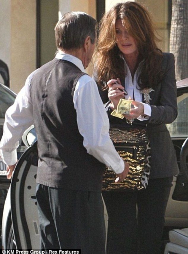 Kyle Richards holds measly $1 tip at valet stand after shopping ...