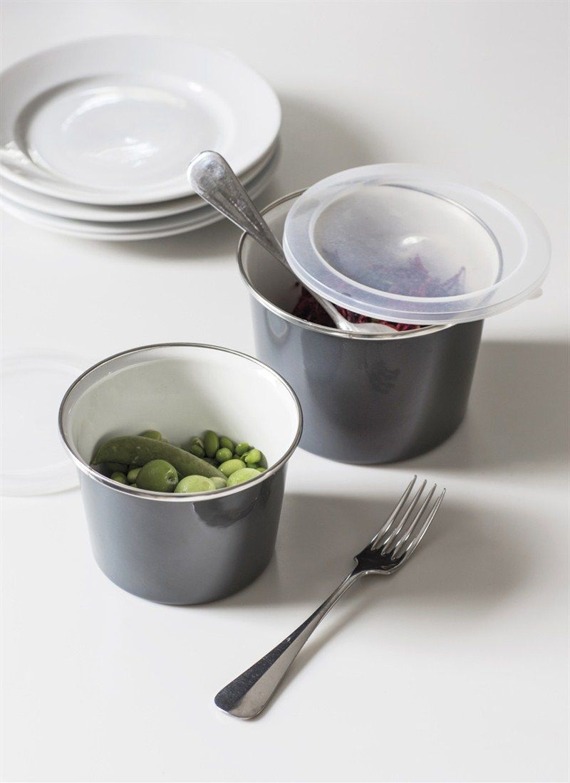 The Set of 2 Enamel Food Pots keep fresh lunches and afternoon snacks secure before digging in