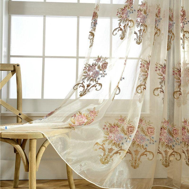 Landhaus Gardine Blumen Stickerei im Schlafzimmer