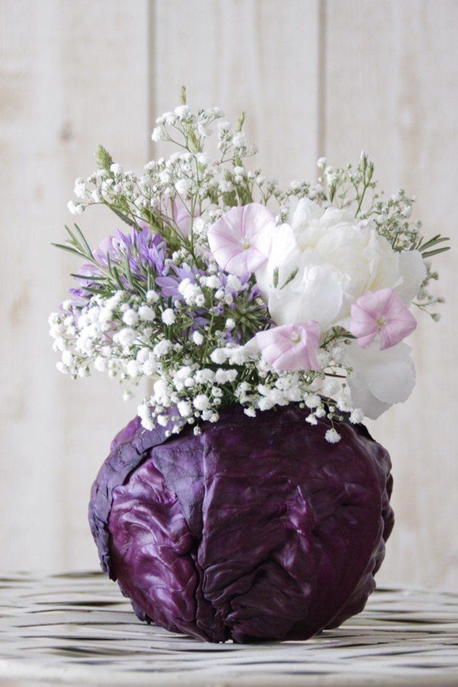 All natural: Die Rotkohlvase für den Blumenstrauß.