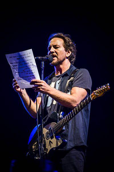 A banda Pearl Jam anunciou nesta terça-feira (1º) que doará US$ 100 mil (cerca de R$ 385 mil) a comunidades atingidas pelo rompimento de uma barragem em Mariana (MG). O dinheiro será tirado da fundação Vitalogy, sustentada pelo grupo, segundo anúncio feito na página da banda no Facebook || http://www1.folha.uol.com.br/ilustrada/2015/12/1713760-pearl-jam-doara-us-100-mil-a-afetados-pelo-desastre-de-mariana.shtml