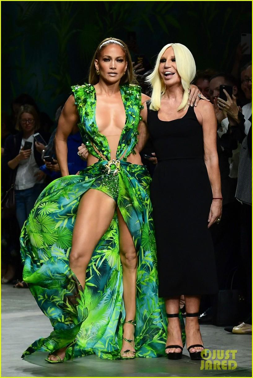 Jennifer Lopez Wears A Replica Of Her Iconic Green Dress At Versace 2020 Fashion Show Versace Dress Fashion Dresses [ 1222 x 817 Pixel ]