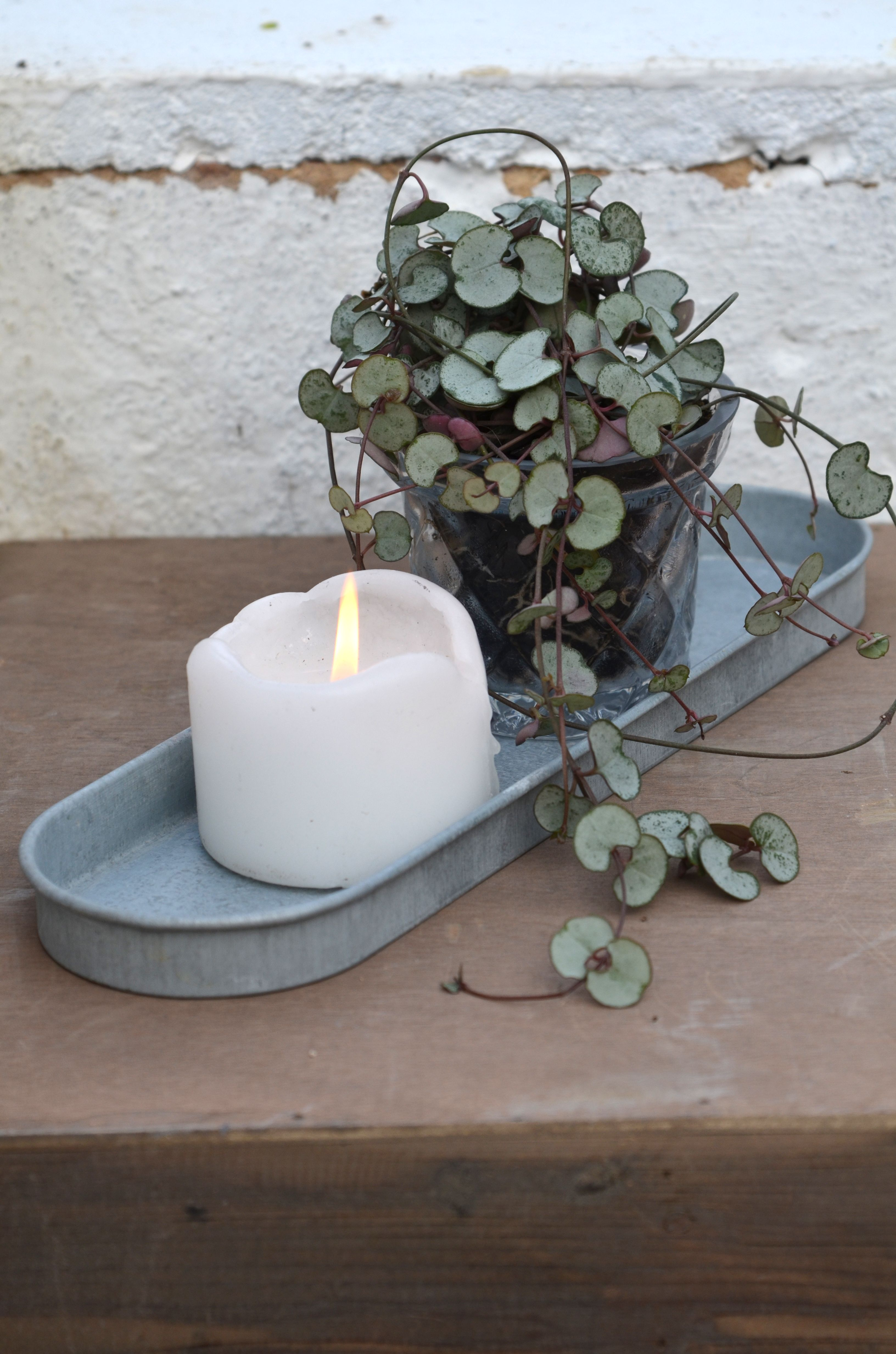 Ovales Tablett Aus Zink Dekoriert Mit Einer Kerze Und Einer