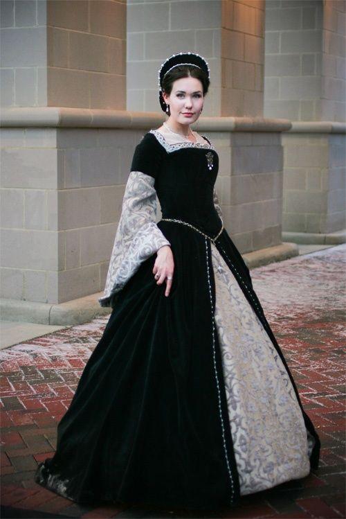 Lovely re-creation of an early Tudor gown, ala Mistress Anne Boleyn.