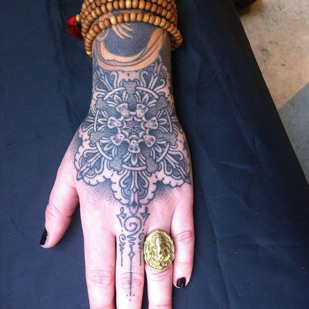 I absolutely love the designs that extend down her finger....