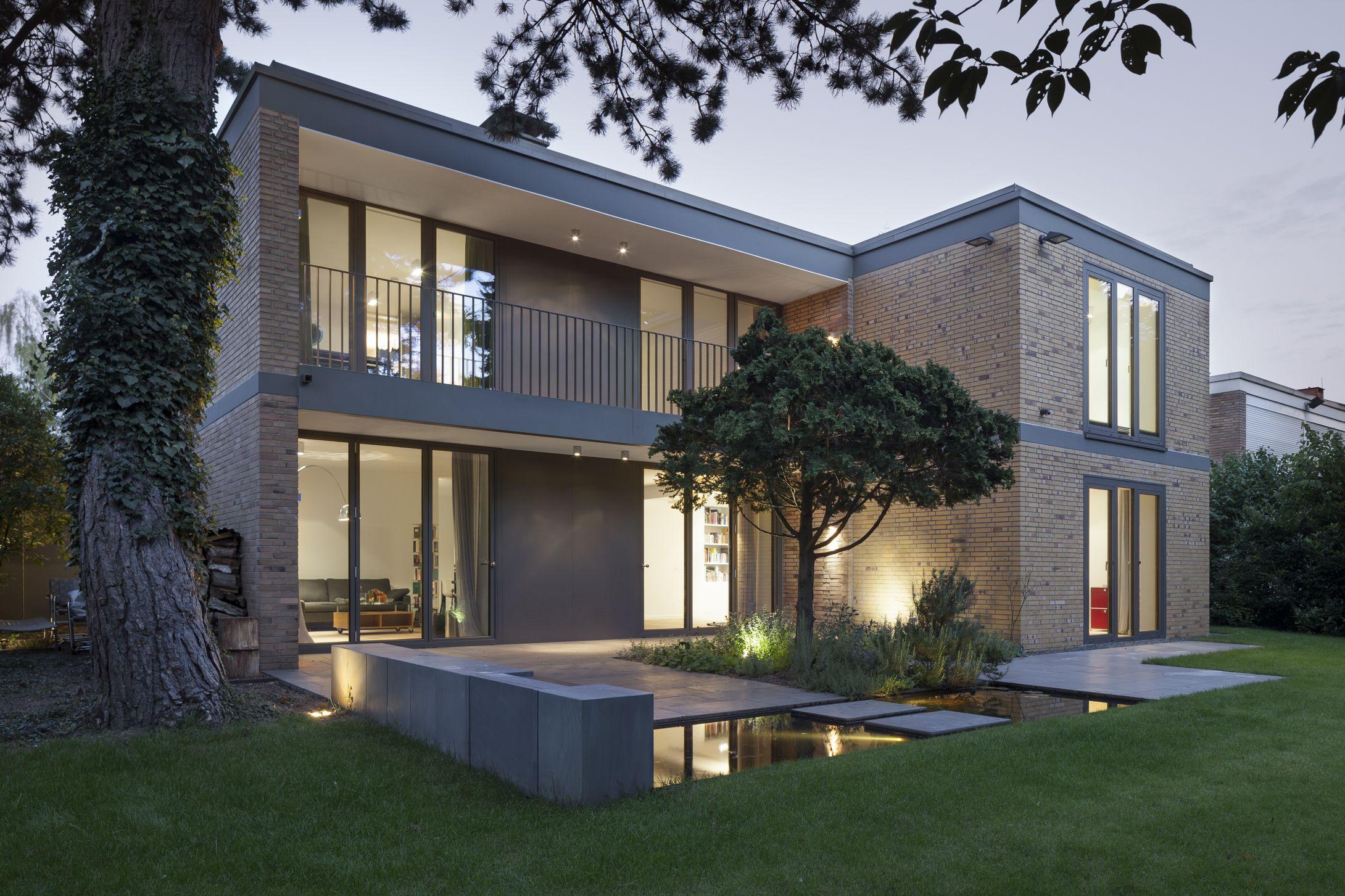 Moderne Gartengestaltung An Einem 1 Familienhaus. Exclusiv Und Wunderschön  Beleuchtet. Wasserbecken Mit Wasserspiel Und