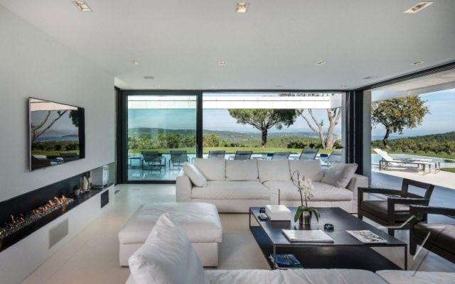 Moderne Villa Wohnzimmer Gestaltung Ideen Weiße Sitzmöbel Einbau Ethanol Kamin.jpeg  640×400 Pixel