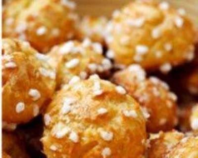 CHOUQUETTES FACILES (Pour 4 P : 250 g d'eau, 100 g de beurre, 5 oeufs, 150 g de farine, 20 g de sucre, 2 pincées de sel, sucre en grains)