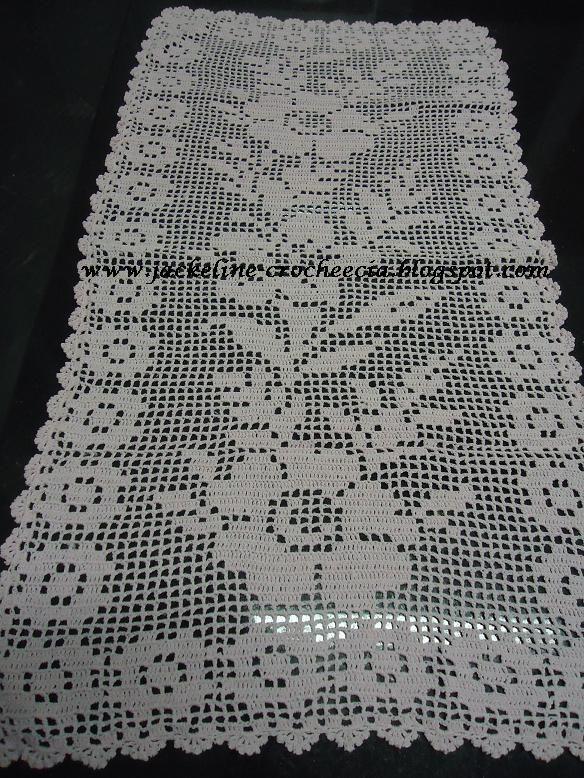 caminho+de+mesa+com+flores+em+croch%C3%AA+fil%C3%A9.JPG (584×778)