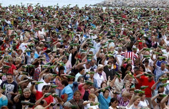 Gijón bate el récord de escanciado simultáneo de sidra con 7.883 personas