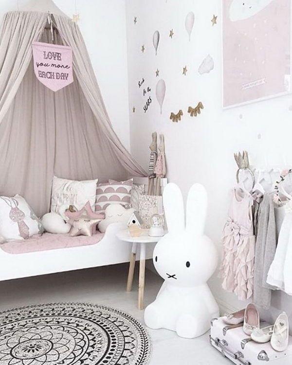 Décoration chambre de bébé féerique tons roses pastel | Peinture ...