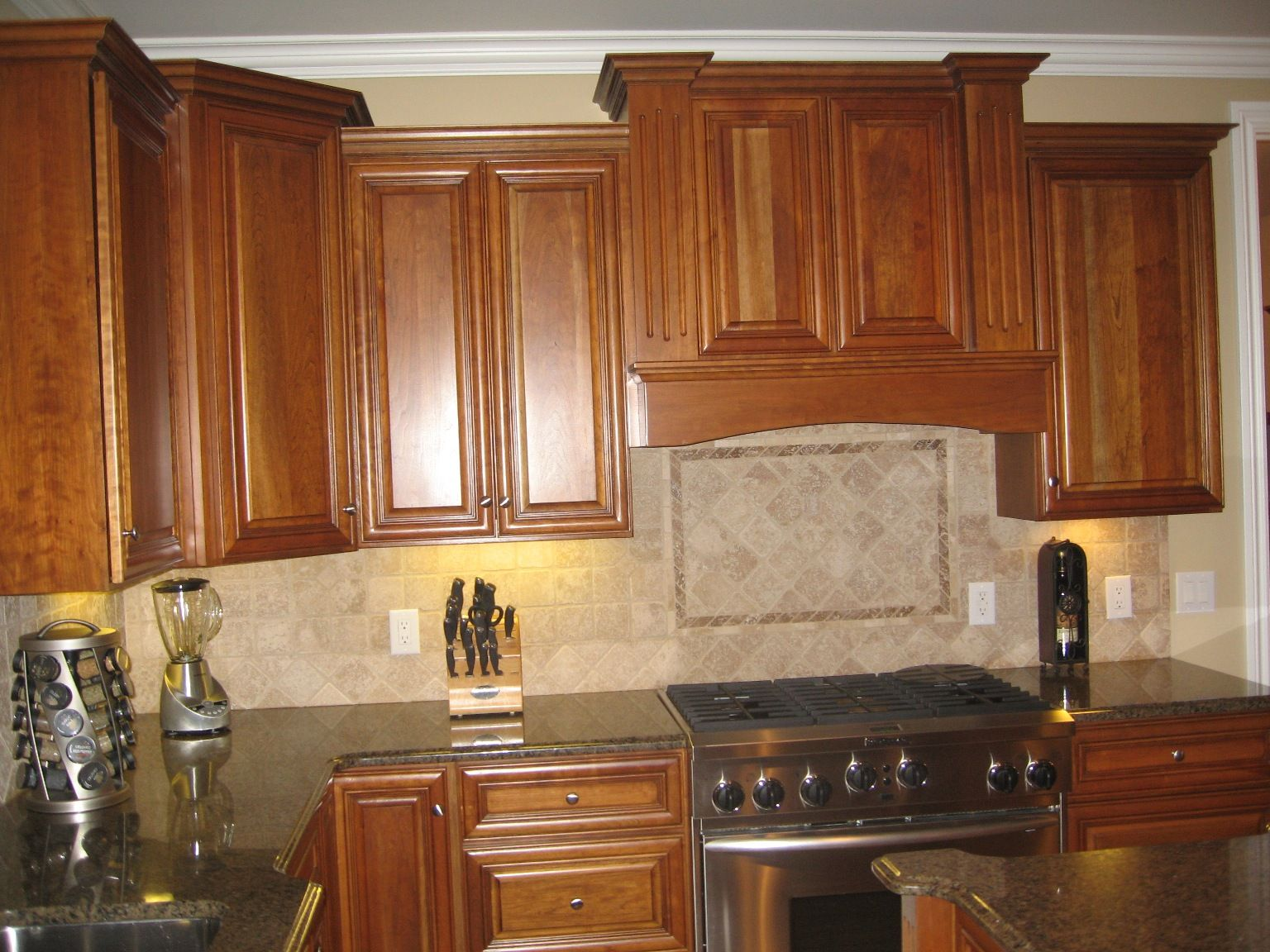 Kitchen quartz countertops with oak cabinets quartz for Kitchen cabinets and countertops ideas