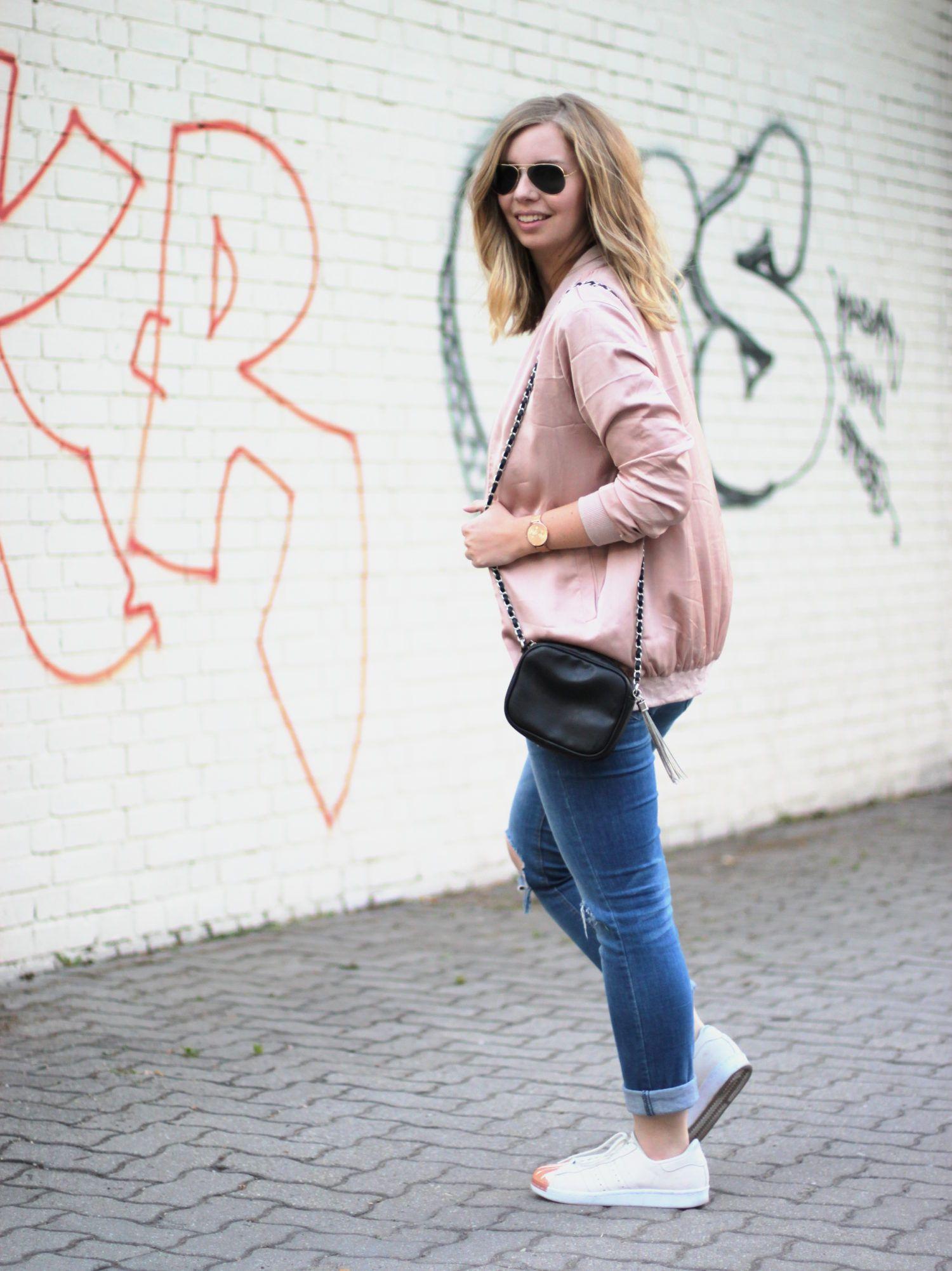 Outfit mit langer, altroséfarbener Bomberjacke von New Look, Jeans, T-Shirt,
