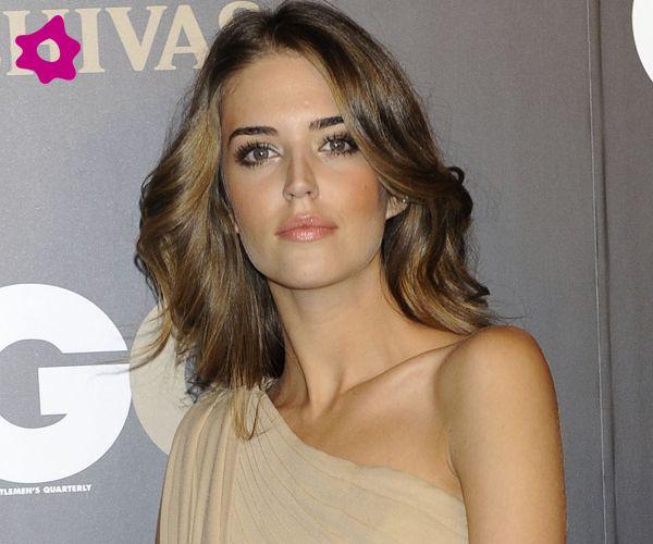 La top española Clara Alonso, apuesta por un maquillaje en tonos dorados para resaltar su mirada.