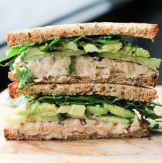Sandwich de judías blancas y aguacates http://lavozdelmuro.net/24-deliciosas-y-saludables-recetas-para-llevarte-al-trabajo-en-un-taper/#
