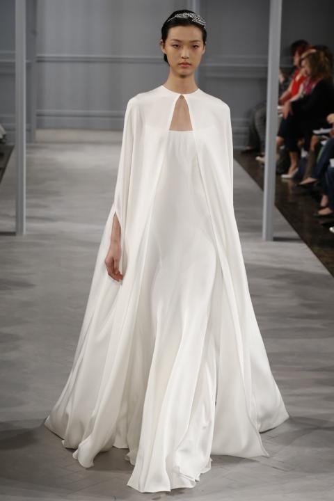 novias con capas y abrigos para las bodas más frías | ellas
