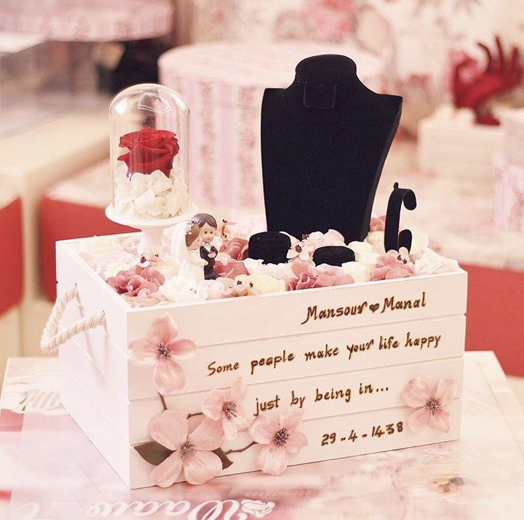 بوكس تقديم الشبكة مع وردة دائمة ومجسم عرسان السعر ٤٥٠ للإستفسار على الواتس 0556515388 شبكة زواج ملكة دبلة عرس ورو Diy Gifts Gifts Crafts