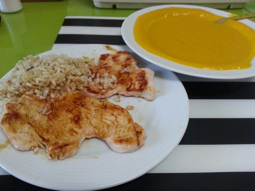 Pechugas de pavo con arroz integral y crema de calabaza, zanahoria y puerro. Comida saludable.