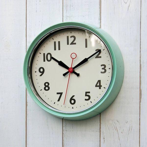 Dale a tu hogar el estilo de los años 50 con este bonito reloj de pared vintage en color menta. Su segundero es completamente silencioso, podrás ponerlo en cualquier habitación sin preocuparte del ruido. Acabado en metal satinado.