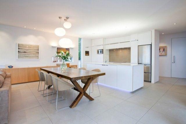 moderne wohnküche mit kochinsel-weiße schränke-rustikaler esstisch ... - Kche Mit Kochinsel Und Tisch