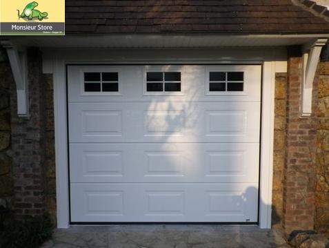 Porte De Garage Sectionnelle Plafond Motorisee Blanche Finition Woodgrain Avec Hublots Croisillons Blanc Inte Porte Garage Porte De Garage Sectionnelle Garage