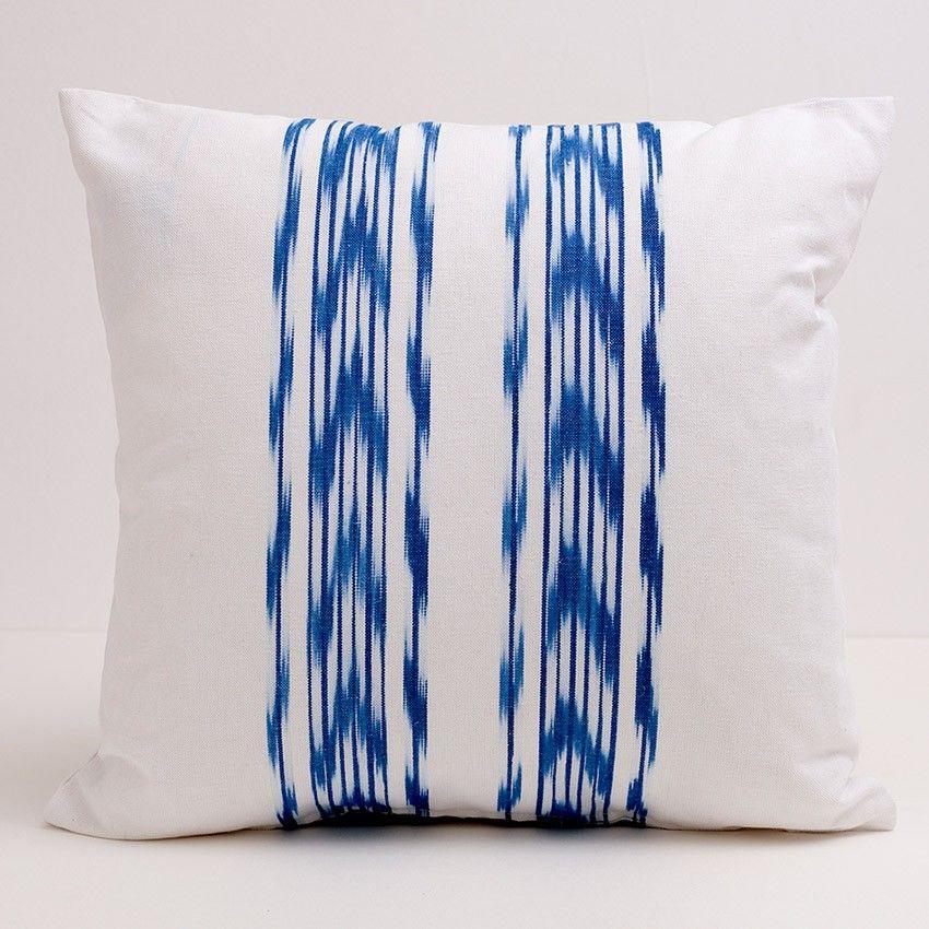 Funda artesanal para cojín de 50x50 confeccionado con tela de ikat azul. Las telas pueden presentar pequeñas imperfecciones o ligeros cambios de tonalidad debido a su naturaleza artesanal. Lavar máx. 30º y planchar a temperatura alta. #mallorca #mediterraneo #summer #ikat #teladelenguas