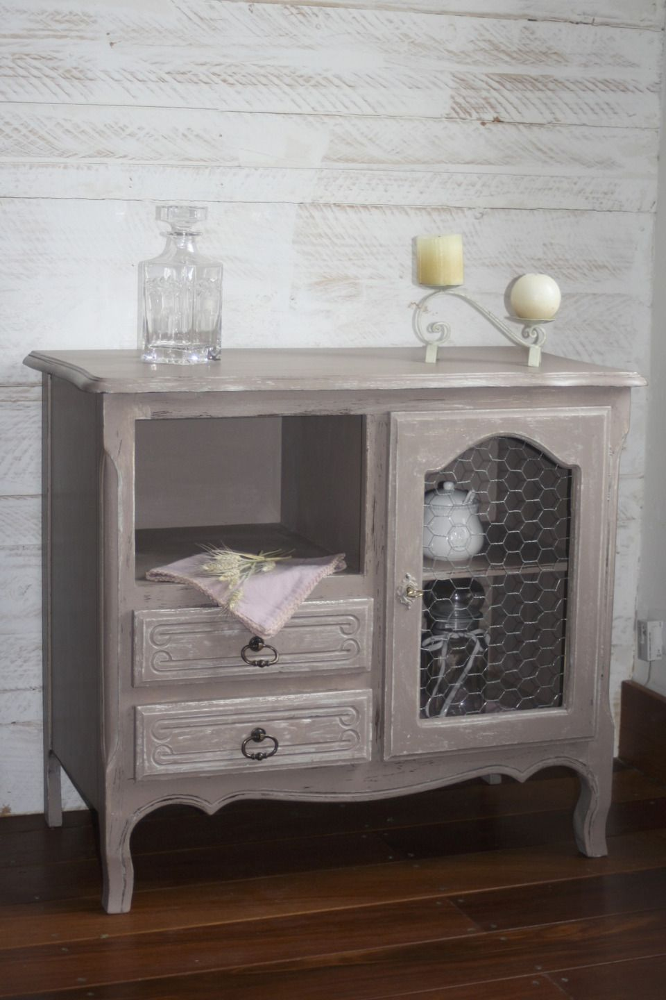 meuble bas patin e taupe avec grillage de poule. Black Bedroom Furniture Sets. Home Design Ideas