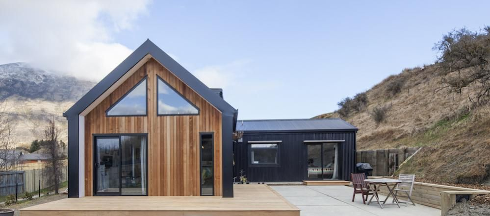 Little black barn house cedar cladding black cladding for Contemporary house designs nz