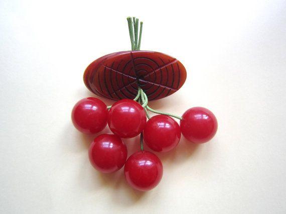 Vintage  Bakelite Cherry Brooch 1940's di DejaVuVintagepedia