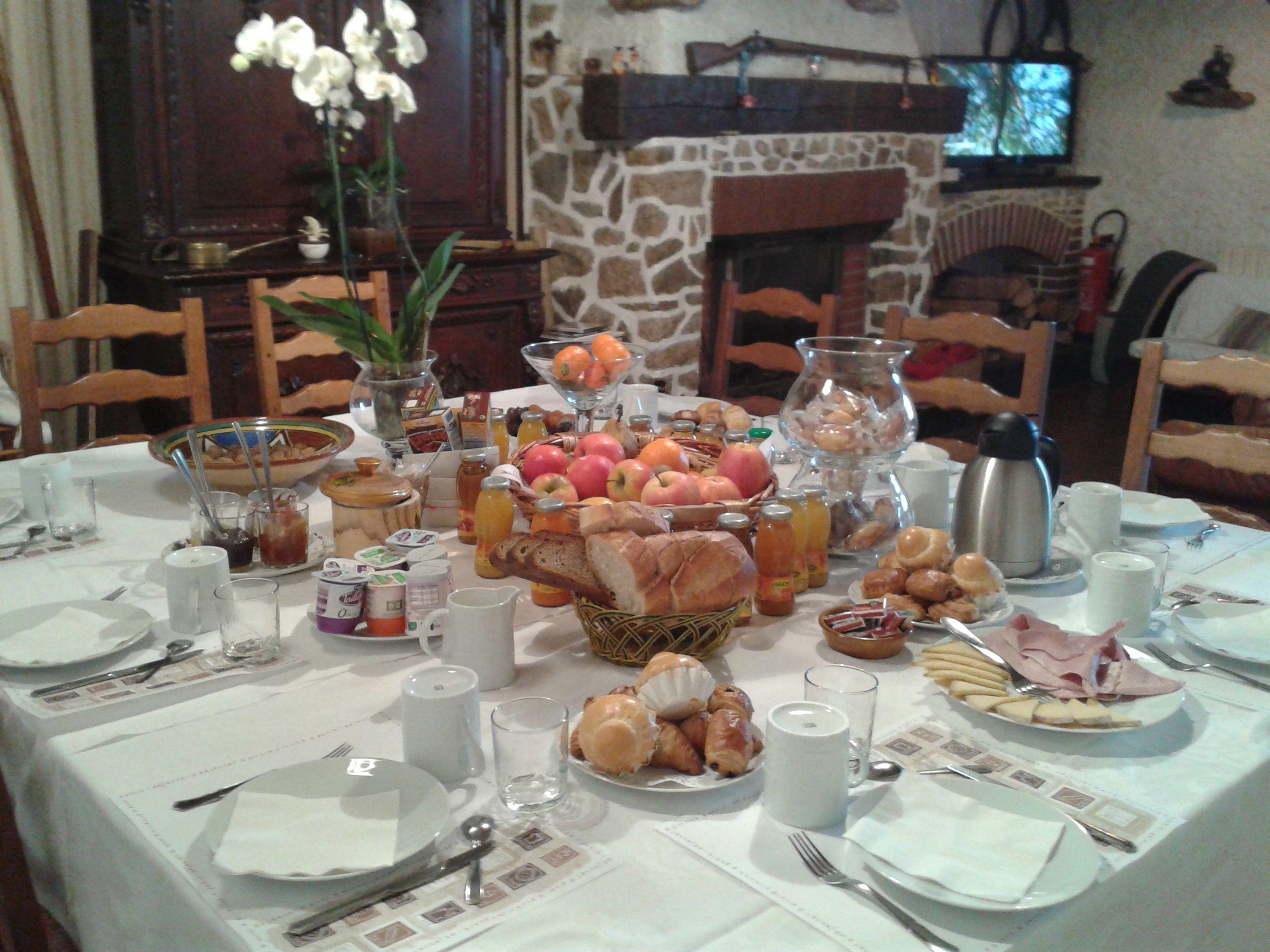 Le petit déjeuner campagnard servi autour d une grande table d