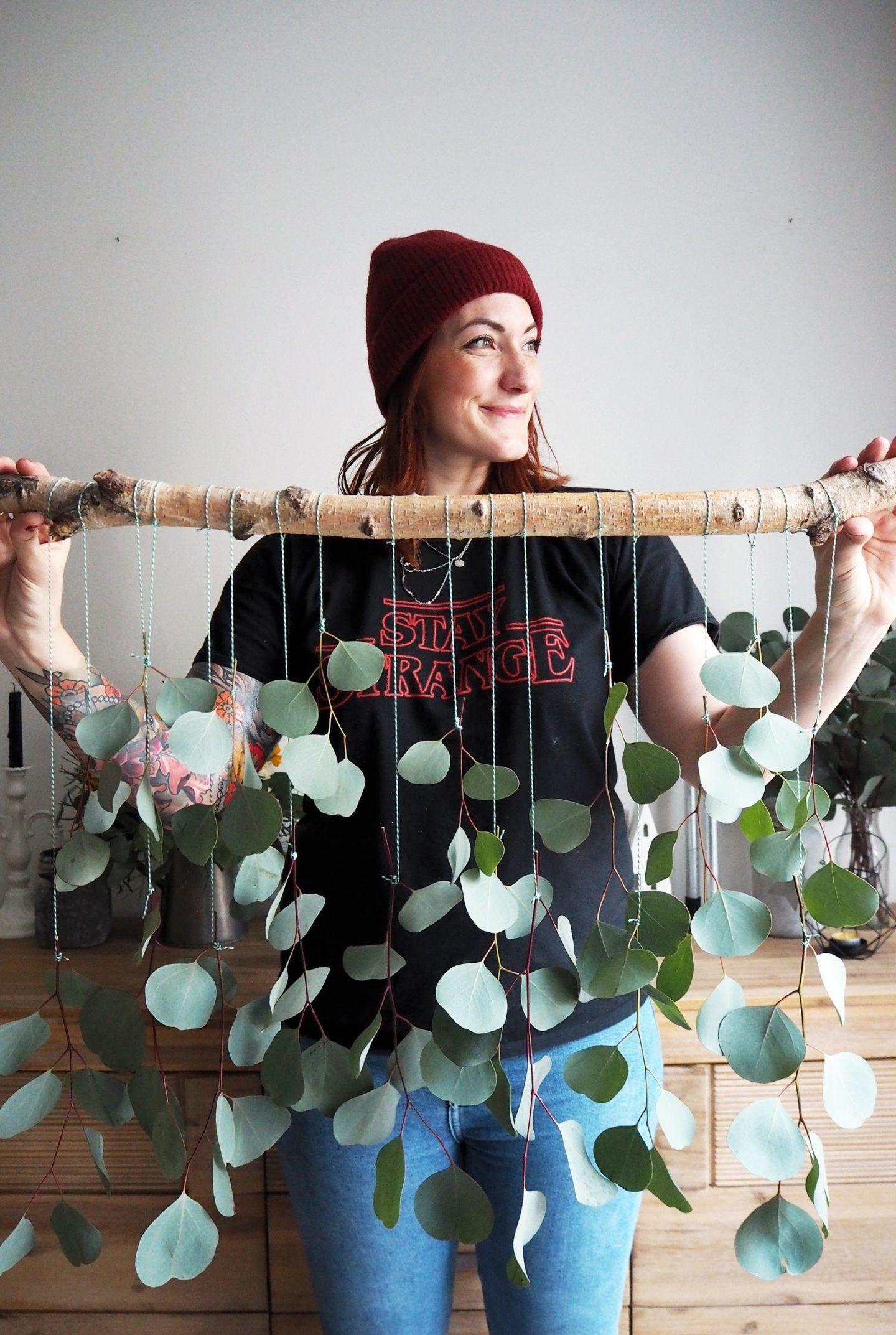 LIVING + DIY   Dekorationsidee zum Selbermachen: Eukalyptus-Vorhang fürs Wohnzimmer