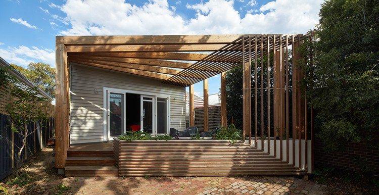 Pergola terrasse en bois et étagères murales dans une maison rénovée