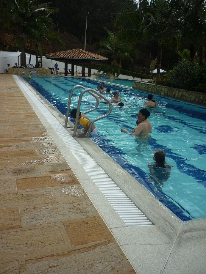 Rejilla para borde de piscina jacuzzis turcos saunas for Estructuras para piscinas