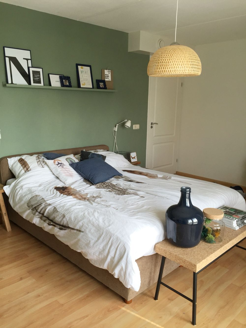 Slaapkamer met kleur geordend van histor op de muur