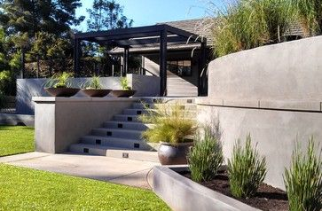 I Like Retaining Wall Made From Smooth Stucco It Looks Like Poured Concrete Concrete Retaining Walls Modern Backyard Landscape Design